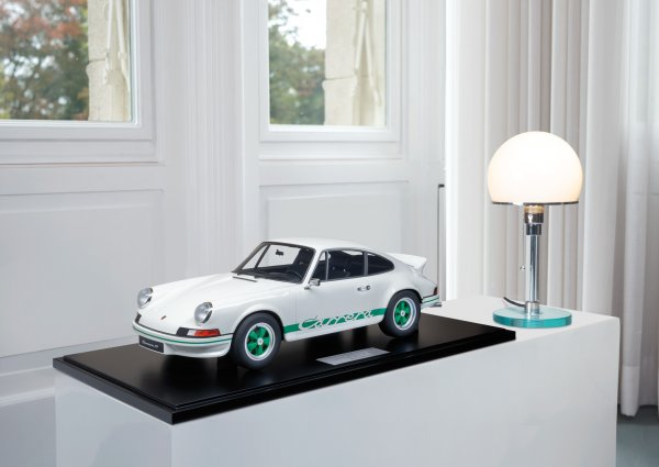 Porsche Carrera RS 2.7 Lightweight 1973 Grand Prix White/Green 1-99/99 Minichamps 1:8 – Model on base plate