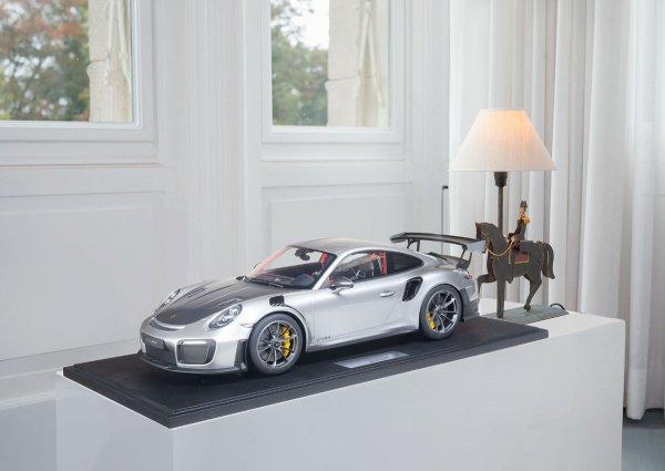 Porsche 911 (991.2) GT2 RS 2018 GT silbermetallic 1-191/191 Minichamps 1:8 – Modell auf Bodenplatte
