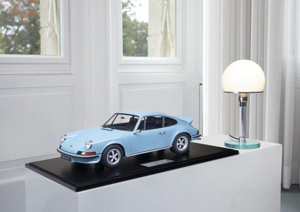 Porsche Carrera RS 2.7 Touring 1973 gulfblau 1-99/99 Minichamps 1:8 – Model on base plate