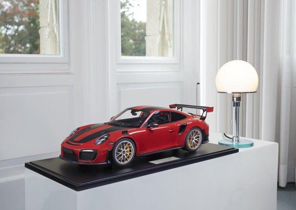 Porsche 911 (991.2) GT2 RS 2018 indischrot Weissach Paket 1-99/99 Minichamps 1:8 – Modell auf Bodenplatte