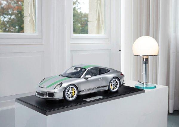 Porsche 911 (991.1) R 2016 silber/grün 1-99/99 Minichamps 1:8