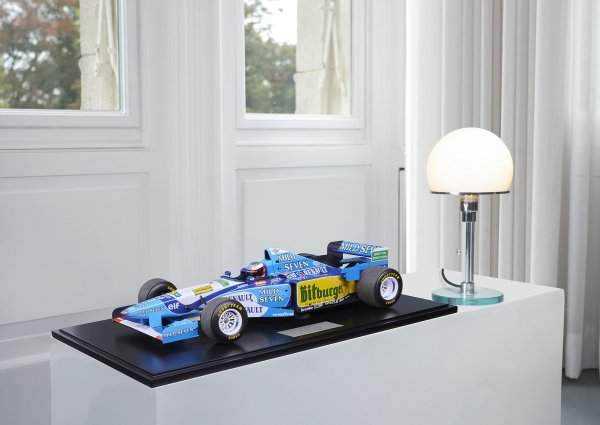 Benetton B195 – Michael Schumacher World Champion Pacific GP 1995 1-300/300 Minichamps 1:8 – Modell auf Bodenplatte