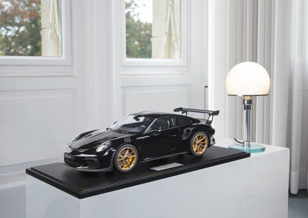 Porsche 911 (991.2) GT3 RS 2018 schwarz 1-99/99 Minichamps 1:8 – Modell auf Bodenplatte