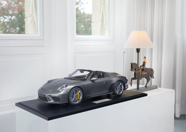 Porsche 911 (991.2) Speedster 2019 Agate Grey 1-99/99 Minichamps 1:8 – Model on base plate