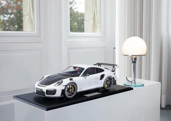 Porsche 911 (991.2) GT2 RS 2018 weiß 1-99/99 Minichamps 1:8 – Modell auf Bodenplatte