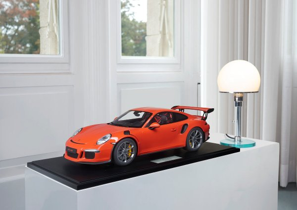 Porsche 911 (991.1) GT3 RS 2016 lavaorange 1-191/191 Minichamps 1:8 – Modell auf Bodenplatte