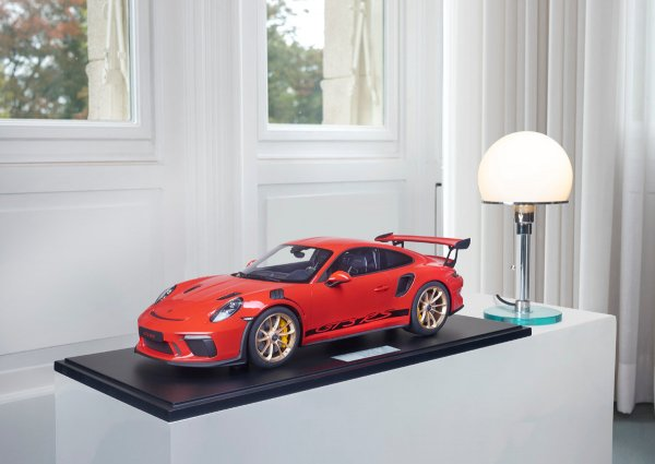 Porsche 911 (991.2) GT3 RS 2018 Guards Red 1-99/99 Minichamps 1:8 – Model on base plate