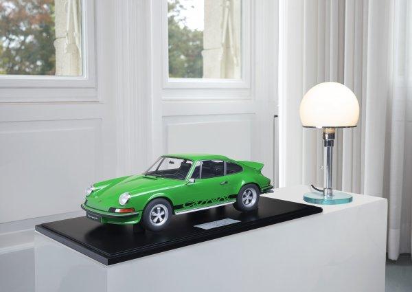 Porsche Carrera RS 2.7 Touring 1973 Viper Green 1-99/99 Minichamps 1:8 – Model on base plate